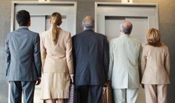 Menschen vor dem Lift