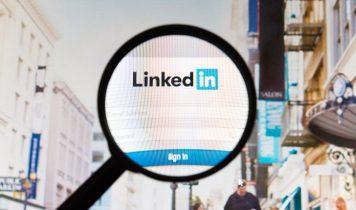 LinkedIn Website Bild unter einer Lupe